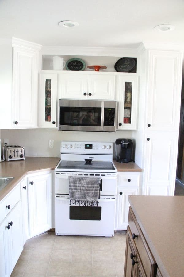 how to spray kitchen cabinets white how to spray paint cabinets like the pros bright green door 17393