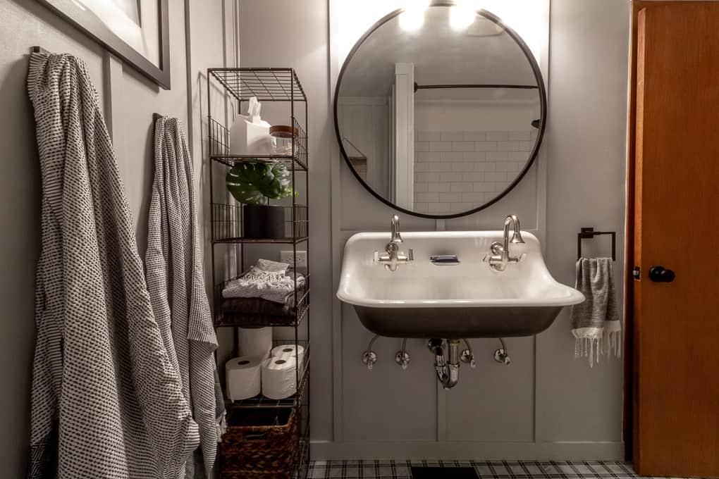 Farmhouse Sink in Modern Bathroom